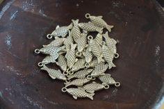 Fishes abalorios cuentas colgantes artesanía pulseras por YBatchi #handmade #charm #fornituras