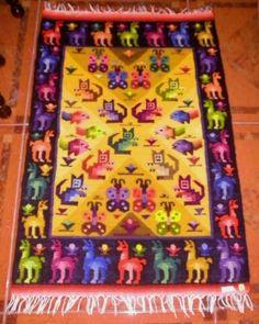 Peruanischer Webteppich, die 4 Regionen  90 x 60 cm    Farbenfroher Webteppich, handgewebt.      Das Motiv sind die 4 Regionen Perus:    Aussen die Alpakas symbolisieren die Anden  Die Fische stehen fuer die Kueste  Die Schmetterlinge fuer den Amazonas  und die Eichhoernchen fuer die Selva, dem Landesinneren von Peru.    Liebevoll und farbenfroh handgewebt aus Merinowolle.