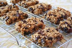 Naturally Sweetened, Chewy Oatmeal Raisin and Cranberry Granola Bars, med kanel och sirap Sweet Recipes, Whole Food Recipes, Snack Recipes, Dessert Recipes, Chewy Granola Bars, Homemade Granola Bars, Yummy Treats, Sweet Treats, Yummy Food