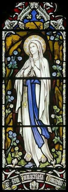 Virgen de Lourdes en vitral.