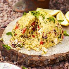 Met deze quinoabom zet je een feestmaal op tafel! Serveer met repen geroosterd pitabrood.    1 Doe de quinoa met 450 ml kokend water en wat takjes munt in een steelpan en laat10 minuten zacht koken. Draai het vuur laag en laat de korrels...