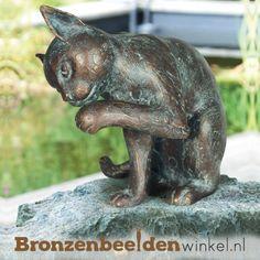 Dierenbeeld van een kat die zich aan het wassen is. Dit bronzen beeld wordt aan de hand van de verloren was methode gegoten en vervolgens met de hand vormgegeven en gepatineerd. #kattenbeeld #beeld kat #bronzen kat #beeld poes #tuinbeeld kat Garden Sculpture, Lion Sculpture, Outdoor Decor, Amp, Products, Porcelain, Kitty Cats, Bronze Sculpture, Home And Garden
