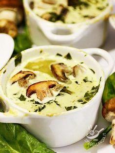 La Vellutata di spinaci e porcini è un piatto delicatissimo e molto raffinato, un vero concentrato di vitamine e sali minerali, ottimo per un regime light.