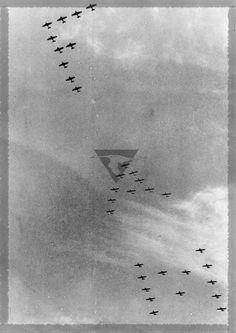 Desfile del 16 de Sep. de 1958 en la ciudad de Mexico , formacion de 33 aviones AT-6 formando las siglas de la F.A.M.