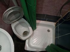 Это очень просторный совмещенный санузел в одной Питерских квартир. Санкт-Петербург, квартира, удобства, ногами в душ нельзя