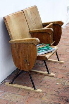 Viejas butacas de un teatro, recuperadas como mobiliario.