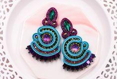 Shiny fan crystal colorful soutache stud earrings in peacock collors by nikuske on Etsy Soutache Bracelet, Soutache Jewelry, Statement Earrings, Stud Earrings, Jewelry Party, Teardrop Earrings, Bohemian Jewelry, Handmade Jewelry, Jewelry Design