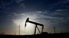 ARCHIVO FOTO: Un biela-manivela opera en el campo petrolífero de Inglewood en Los Ángeles, California, Estados Unidos, el jueves 19 de octubre de 2012. petróleo extendía pérdidas por debajo de $ 60 el barril en medio de especulaciones de que los mayores miembros de la OPEP va a defender la cuota de mercado frente a los productores de esquisto en Estados Unidos.  El fotógrafo Patrick T. Fallon / Bloomberg