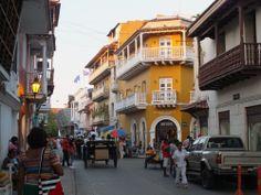 Coches, calles viejas, casas antigüas y mucha gente adornan a Cartagena. Por Iván Lara.