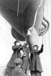 Britain at War & Trainees with a barrage balloon Economic Terms, Ww2 Women, 1940s Woman, Air Force Aircraft, Royal Air Force, World War Two, Britain, Balloons, Pride