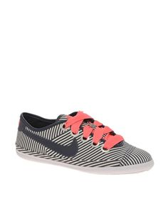 Navy and coral Nike Flash Macro Plimsolls. need thesee! Nike Free Shoes, Nike Shoes Outlet, Mens Fashion Shoes, Latest Fashion Clothes, Fashion News, Cute Shoes, Me Too Shoes, Estilo Nike, Shoe Boots