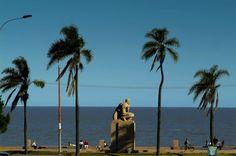 Montevideo (Uruguay): La Rambla es un paseo de más de 22 kilómetros en distintos tramos que discurre junto a la costa del Río de la Plata en la capital uruguaya. Nacida a principios del siglo XX, este malecón es uno de los ejes centrales de la vida montevideana, y se llena el fin de semana de miles de personas que disfrutan de su encanto mate en mano. El camino está salpicado de playas como la de Pocitos, y... Fotos: América: Diez malecones americanos | El Viajero | EL PAÍS