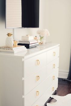 My Ikea Malm Dresser Hack - The Pink Dream A Simple Ikea Malm Dresser Hack<br> Learn how to make over the Ikea Malm dresser in a couple of simple steps! This is a super easy hack that will transform your Ikea Malm dresser from blah Diy Hanging Shelves, Floating Shelves Diy, Diy Home Decor Rustic, Diy Home Decor Projects, Ikea Malm Dresser, Knobs For Dressers, Ikea Hack Nightstand, Dresser Top Decor, Ikea Malm Bed