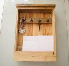 Mueble para llaves y correo realizado en madera con 2 separadores para las cartas y 4 ganchos para las llaves, se puede colgar a la pared.  Tamaño/Dimensiones  45cm de alto, 25cm de largo y 7cm de profundo. Rustico y elegante