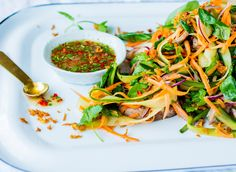 Biffsalat à la Thailand - Oppskrift - Godt. Thai Recipes, Asian Recipes, Best Thai Food, Hotel Food, Foods To Eat, Budget Meals, Seaweed Salad, Japchae, Food Dishes