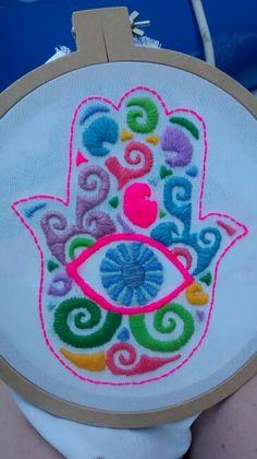 Mexicano de la mano de Fatima by matilda Mexican Embroidery, Felt Embroidery, Embroidery Needles, Hand Embroidery Patterns, Cross Stitch Embroidery, Machine Embroidery, Embroidery Designs, Native Beadwork, Bunt