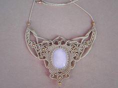 Unique macramé necklace with WHITE ONYX. Bohemian por QuetzArt