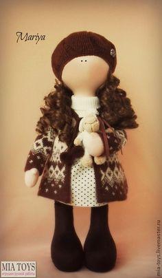 Кукла Мария. Интерьерная текстильная кукла. Одежда  не снимается,  пальто и берет - ручная вязка. Сапожки замшевые.  Доставка по России включена в стоимость!