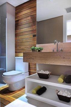 Decoração de banheiro com acabamento em madeira e espaço aberto para armazenamento embaixo da pia