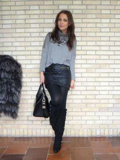falda, gris. botas