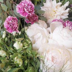 Hoy es uno de esos días que recuerdas por mucho tiempo. Recibí a primera hora las flores con las que prepararé mi primer ramo de novia y estoy espectante un poco nerviosa y emocionada.  Verme rodeada de flores de MIS flores  esas que pasé horas eligiendo y soñando con poner juntas me hace vibrar el corazón. . . . . . . . . . . #enelbosque #enelbosqueflorece #flowers #flores #flower #flor #naturaleza #nature #naturelovers #dahlia #dalia #dahliacafeauleit #peonia #peonie #hellebore…