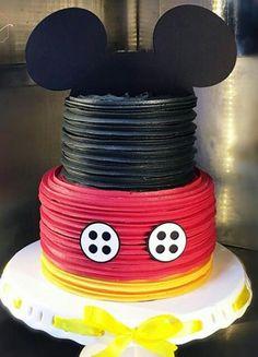 Pastel Mickey, Mickey And Minnie Cake, Fiesta Mickey Mouse, Mickey Mouse Parties, Minnie Mouse Cake, Mickey Party, Mickey Mouse Birthday Cake, Disney Birthday, Bolo Mickey Chantilly