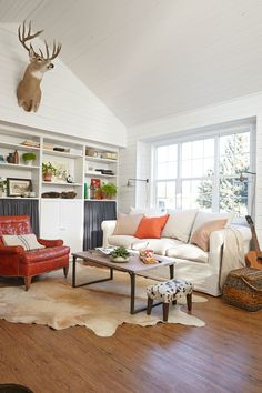 The owner and designer of this DIY Wyoming home had styled window displays in the past, so she also understood how to make everything look great with items culled from thrift shops. Industrial Chic, Diy Dream Home, Built In Wall Units, Ikea Bookcase, Bookshelves, Ideas Vintage, Inspiration Design, Design Ideas, Design Design