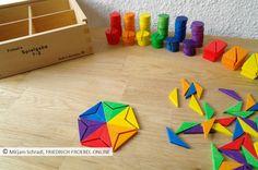 Spielgaben - hier die Legeplättchen von Spielgabe 7, halbe Rauten, gelegt zu enem Stern aus dem 2. Kasten mit Legematerial von Spielgabe 7 nach Friedrich Fröbel