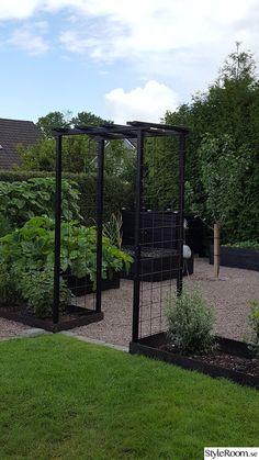 I'd like some thing similar to separate our back garden where the washing li - Garten Veg Garden, Vegetable Garden Design, Garden Cottage, Balcony Garden, Garden Beds, Back Gardens, Small Gardens, Outdoor Gardens, Small Vegetable Gardens