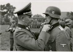 "1940, France, Le ""SS-Brigadeführer"" Paul Hausser remet la croix de fer au ""SS-Untersturmführer"" Ludwig Kepplinger"