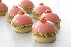 pistachio and strawberry mousse tartlette