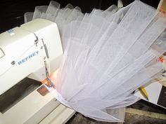 Tutorial para hacer un tutú de ballet de plato con aro.   Si Coppelia vistiera de Prada Tutu Ballet, Kids Tutu, Sewing Hacks, Sewing Tips, Ankara Styles, Zig Zag, Prada, Pattern Fashion, How To Make