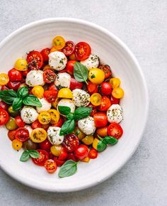 This Caprese Salad is light but satisfying. It's made with fresh mozzarrella balls, cherry tomatoes, basil, seasoned with olive oil and balsamic mixture. Summer Salad Recipes, Easy Salad Recipes, Summer Salads, Healthy Recipes, Healthy Food, Yummy Food, Pizza Y Vino, Appetizer Salads, Appetizer Recipes