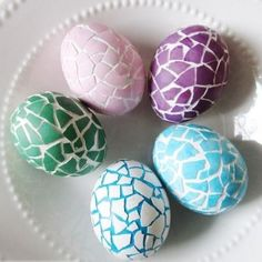 Mosaic Patterns: The crackly effect of these eggs looks even better when you add bright spring colors. Click through to discover more DIY decorating ideas for your Easter eggs. eggs 52 Easy Egg Decorating Ideas to Get You Egg-cited for Easter Cool Easter Eggs, Easter Egg Dye, Easter Egg Crafts, Magazine Deco, Easter Egg Designs, Boutique Deco, Egg Decorating, Mosaic Patterns, Egg Hunt