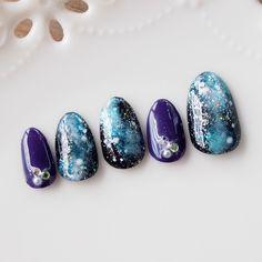 「ミンネのプラネタリウム2015」 宇宙の暗闇の中に、星屑がキラキラと浮かぶミルキーウェイ。他のお爪は、ディーププラムパープルでお色味を合わせました。お爪にのせると、コントラストが効いて手が白くきれいに見えます。