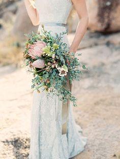 Tipos de ramos de novia tipo arco o medialuna. Bellísimos florales inspirados en el desierto y fotografiados por Mint Photography de Clementine Floral Design.