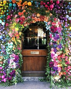 The Ivy Chelsea Garden are getting ready for RHS Chelsea Flower Show with their beautiful floral display, which is also getting me in the mood for next week's Chelsea In Bloom. This display reminds of last year's beautiful fairy tale… Ivy Cafe, Beautiful Flowers, Beautiful Places, Romantic Flowers, Chelsea Garden, Belle Photo, Ikebana, Planting Flowers, Floral Arrangements