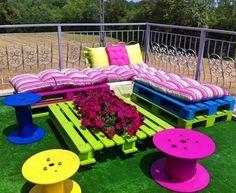 Chouette salon de jardin avec des palettes.