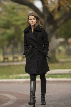 The Americans Elizabeth Jennings Coat Top Celebs Jackets - Food and drink The Americans, New Outfits, Winter Outfits, Cool Outfits, Keri Russell Style, Elizabeth Jennings, Cool Coats, Fashion Tv, Fasion