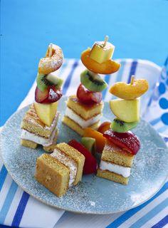 Spiedini di frutta con pan di spagna -