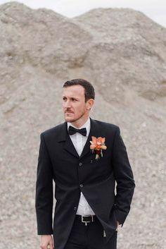 klassischer schwarzer Anzug mit Fliege für den Bräutigam