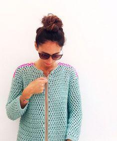 Aprende a tejer un Clutch de trapillo con solapa. Crochet Jumper, Crochet Quilt, Crochet Jacket, Love Crochet, Beautiful Crochet, Crochet Baby, Knit Crochet, Knitting Designs, Knitting Patterns