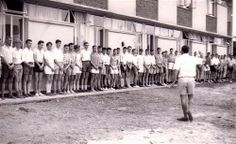 Die ienks van 1962 van Tukkies se Kollege-tehuis word deur huisvoorsitter Hennie van Deventer toegespreek. Alma Mater, South Africa, Van, History, Space, City, Floor Space, Historia, Cities