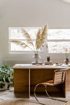 Scandinavian Home Office with Pampas Grass and wood desk - The Essential Scandinavian Decor Guide Large Floor Vase, Interior Architecture, Interior Design, Condo Design, Interior Paint, Home Trends, Scandinavian Home, Home Office Furniture, Minimalist Home