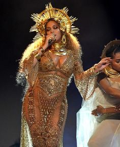 Beyonce Grammys Celebs & Fans React to Performance!: Photo Beyonce is breaking the Internet once again - this time at the 2017 Grammys! The entertainer took the stage looking like the goddess she is and performed… Estilo Beyonce, Beyonce And Jay Z, Beyonce Knowles Carter, Rihanna, King B, Grammys 2017, Blue Ivy, Ellie Saab, Mädchen In Bikinis