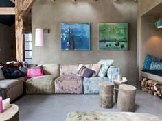 ferme-renovee-loft-colore-poutres-apparentes-sol-beton-brut-mezzanine-cheminee-canape-angle-table-basse-rondins-bois