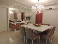 Linda decoração, transmite elegancia, aconchego e conforto. Em laca branca e tons bege.