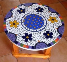 A round mosaic coffee table Mosaic Outdoor Table, Mosaic Coffee Table, Outdoor Table Tops, Mosaic Diy, Mosaic Glass, Mosaic Tiles, Glass Art, Mosaic Designs, Mosaic Patterns
