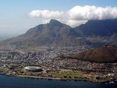 7 Maravillas Naturales del Mundo: Montaña de la Mesa (Table Mountain), (Sudáfrica). Es una montaña de cima plana que es un lugar prominente muy conocido que domina la Ciudad del Cabo en Sudáfrica, y está representada en la bandera de Ciudad del Cabo y otras insignias de gobiernos locales.