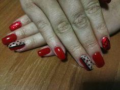 Unghie rosse con anulare rosso e leopardato divisi da strass neri e indice con foil glitter rossa